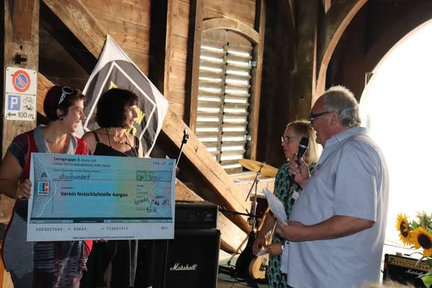 Stephanie Truninger (links) und Corinne Hitz (Mitte) von der Schule für Sozialbegleitung in Zürich haben gemeinsam mit Klienten des HOPE Geld für die Notschlafstelle gesammelt und überreichten den Check an Kurt Adler, den Co-Präsidenten des Trägervereins.