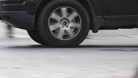 Ein dunkler Mercedes-Geländewagen musste beim Überholen ausweichen und touchierte einen Randstein. (Symbolbild)