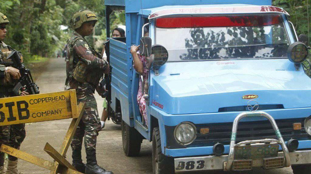 Philippinische Soldaten am Montag im Süden des Landes bei einer Strassenkontrolle.