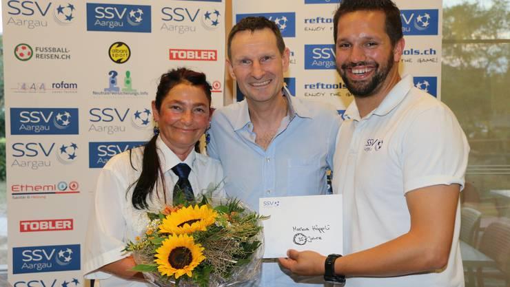 Neues Ehrenmitglied des SSV AG Markus Höppli, links Daniela Meier-Simon, rechts Präsident Sandro Schmid