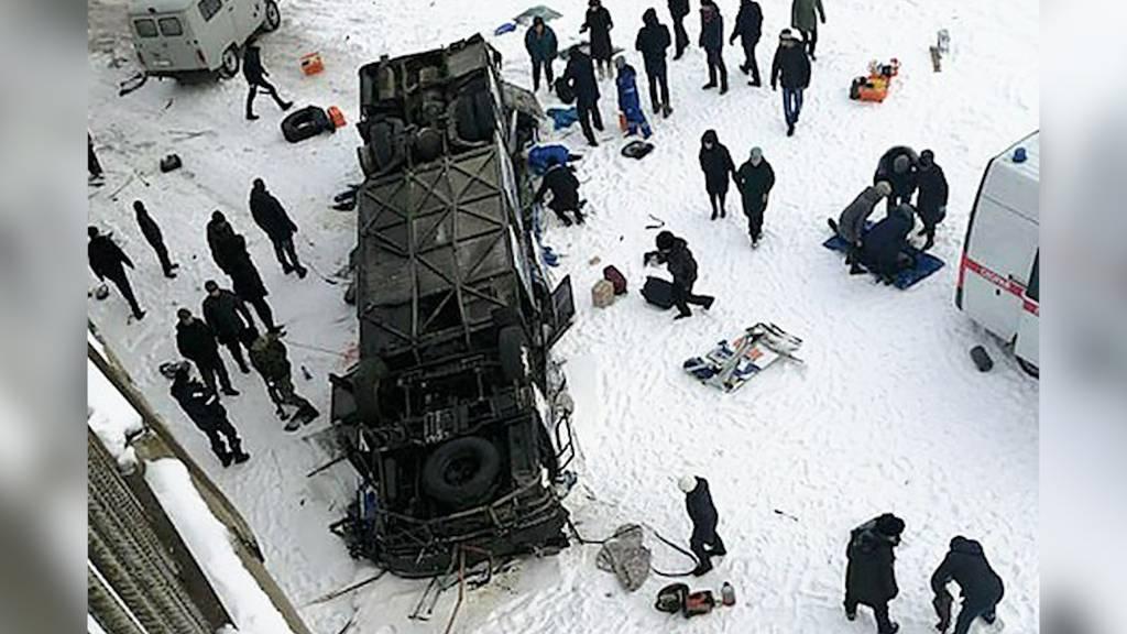 Bus stürzt von Brücke auf zugefrorenen Fluss: Mindestens 19 Tote