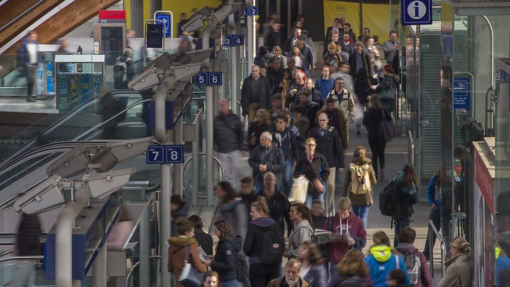 Zugpendlerinnen und-pendler im Bahnhof Bern: Schweizer öV-Verbände fordern Massnahmen, um den öV-Anteil im gesamten Personenverkehrsaufkommen nach der Stagnation wieder auf Wachstumskurs zu bringen.