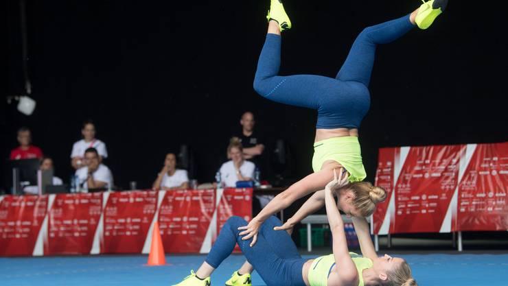 Jasmin Bucheli und Joy Märki zeigen ihre Akrobatik-Künste während der Aerobic-Vorführung in der Kategorie Aktive Paare.