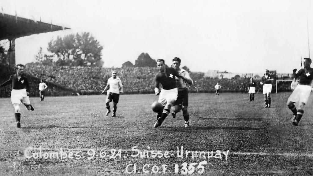 Die Schweizer Spieler Aron Pollitz, Adolphe Reymond und August Oberhauser (von links) wehren im Olympia-Final gegen Uruguay einen Angriff ab.