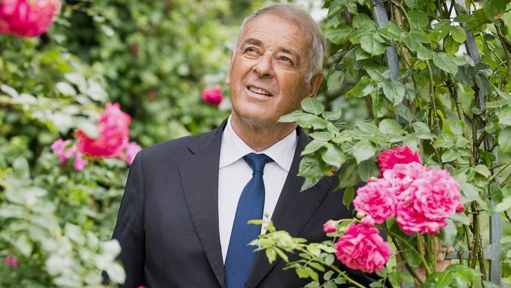 Blumen für den Jubilar: Kurz vor seinem 75. Geburtstag posiert Adolf Ogi in einem Rosengarten an seinem Wohnort Fraubrunnen BE.