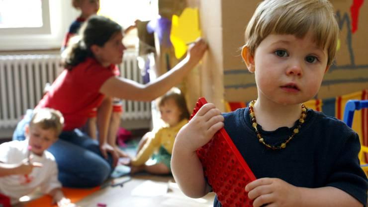 Die Finanzhilfen des Bundes für Kinderbetreuungsplätze stossen nach wie vor auf grosses Interesse. Nicht alle Gesuche können berücksichtigt werden. Im Bild Kinder in der Kindertagesstätte Taka-Tuka in Bern. (Archiv)