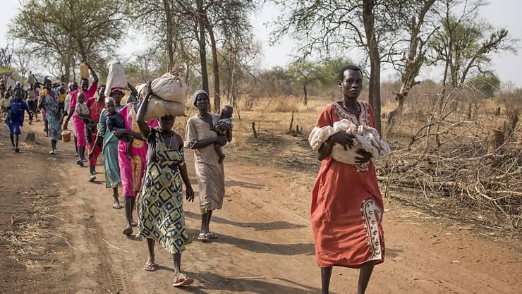 """Menschen im Süd-Sudan unterwegs zu einem Ort, wo Lebensmittel verteilt werden. Bundesrat Cassis hält den Welthunger für das """"grösste lösbare Problem"""". (Archiv)"""