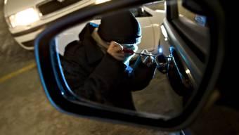 Die Polizisten kontrollierten den Mann und fanden bei ihm das nötige Werkzeug, um Fahrzeugschlösser zu knacken. (Symbolbild)