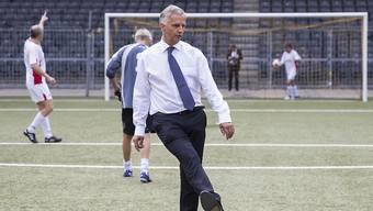 Bundesrat Didier Burkhalter beim symbolischen Kickoff der Botschafter- und Aussennetzkonferenz im Stade de Suisse in Bern.