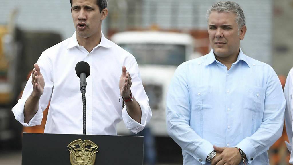 Der selbst ernannte venezolanische Interimspräsident Juan Guaidó (l.) und der kolumbianische Präsident Iván Duque (r.) fordern gemeinsam die freie Einfuhr von Hilfsgütern nach  Venezuela.