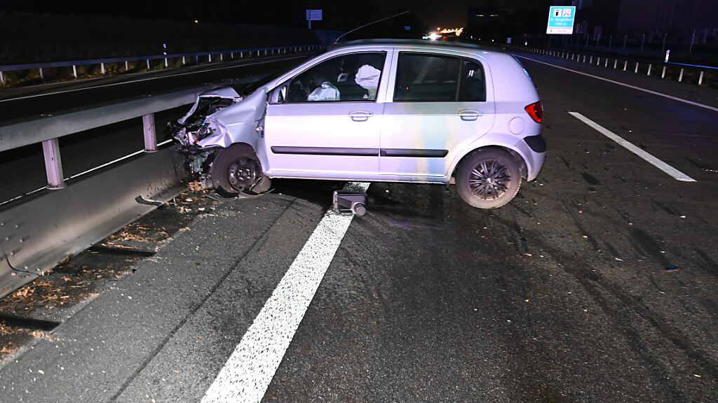 Lenker fällt auf A1 in Sekundenschlaf: Auto wird komplett zerstört