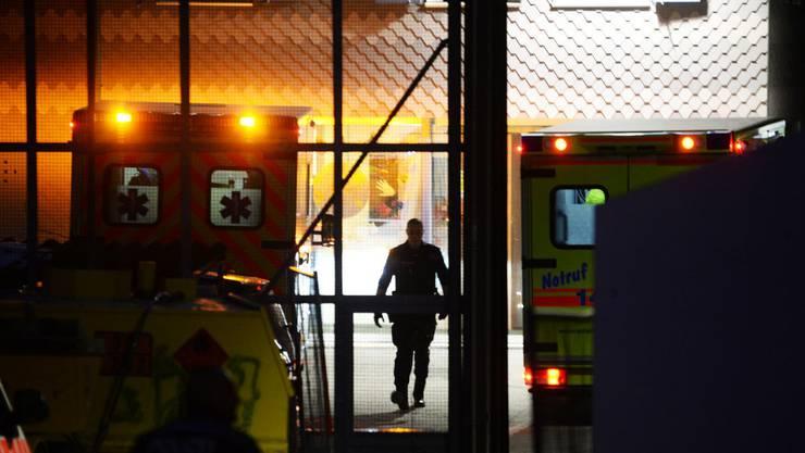 Drittpersonen brachten den Schwerverletzten ins Spital. Von dort aus wurde die Polizei benachrichtigt. (Symbolbild)