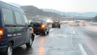 Bei der Auffahrtkollision wurden zwei Autofahrer leicht verletzt. (Symbolbild)