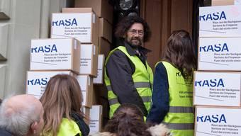 Thomas Geiser (Bildmitte) deponiert mit seinen Mitstreitern des Komitees «Raus aus der Sackgasse» (Rasa) 110 000 Unterschriften bei der Bundeskanzlei.