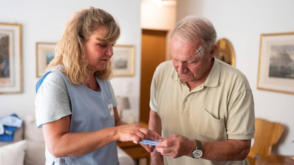 Die Betreuung von Seniorinnen und Senioren in deren Zuhause kostet laut Pro Senectute jährlich rund 5 Milliarden Franken.