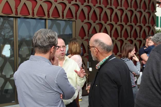 Marcel Balmer (links) im Gespräch mit dem alten und neuen Schulpräsident Beat Fries (Mitte).