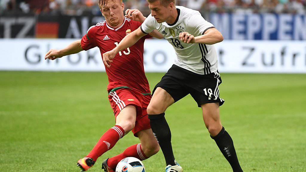 Toni Kroos (rechts) ist auch an der EM-Endrunde in Frankreich der Taktgeber im deutschen Mittelfeld