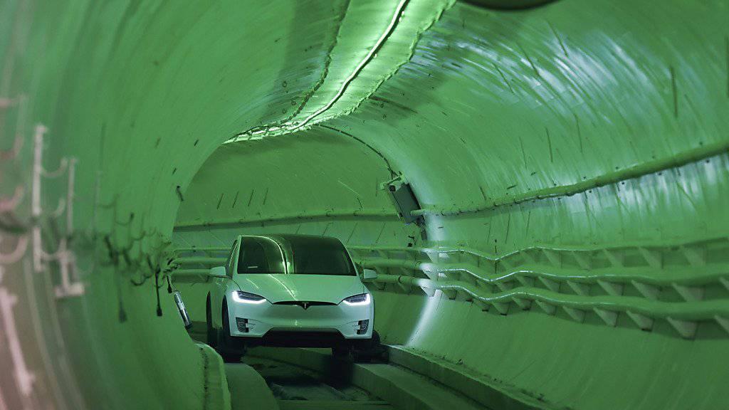 Tesla-Chef Elon Musk will den Verkehr in Grossstädten stärker unter die Erde verlegen und testet einen ersten Tunnel.