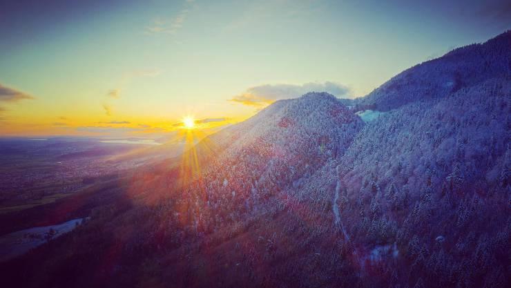 Blick über in den Sonnenuntergang und über den frisch verschneiten Solothurnischen Jura (oberhalb Bettlach), Leserfoto von Toby Kiefer.