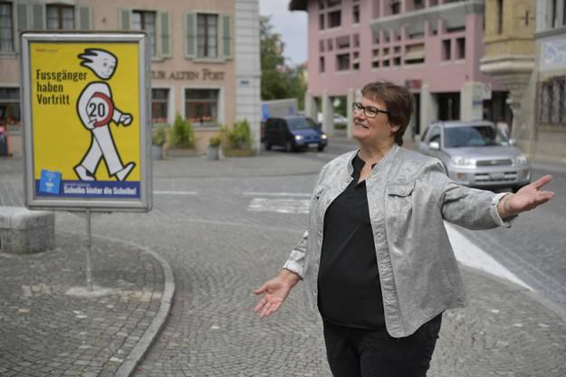 Gemeindepräsidentin Claudia Witschi vor dem neuen Plakat von Jean Marmier
