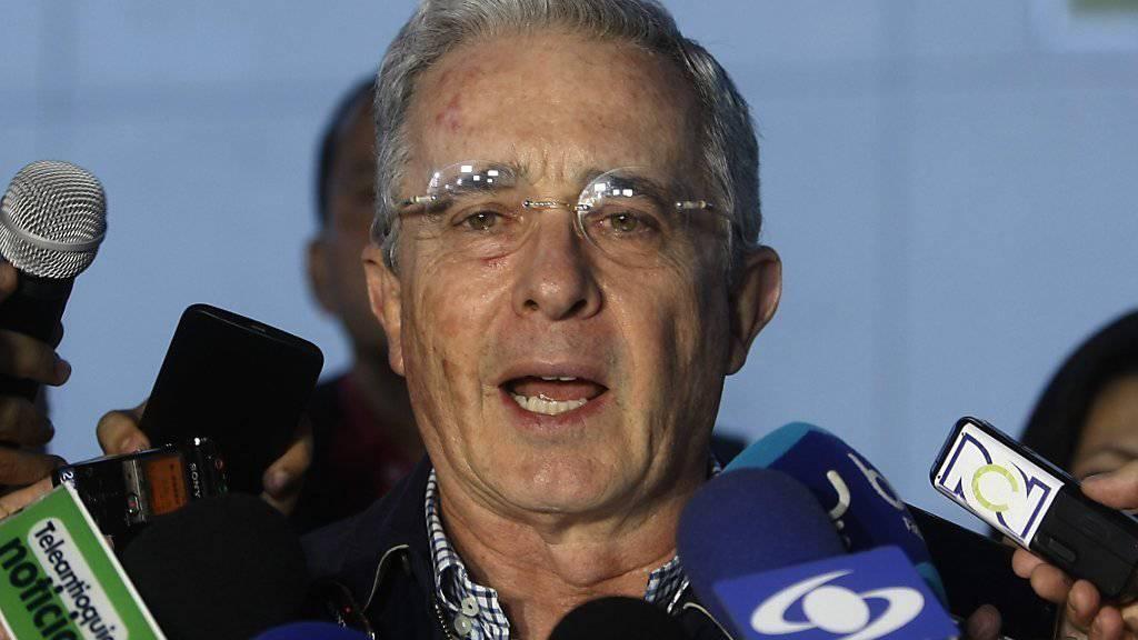 Die revidierte Fassung des Friedensvertrags geht Oppositionschef und Ex-Präsident Uribe nicht weit genug - er verlangt weitere Änderungen und will dazu die FARC-Führung treffen.