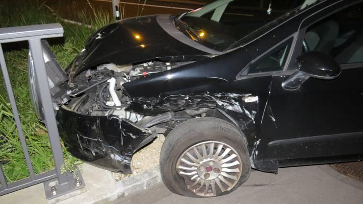 Dieser Fiat Punto, gelenkt von einer 38-jährigen Frau, wird beim Unfall gegen eine Fussgängerampel geschleudert.