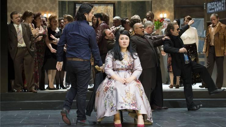 Hinten tobt das Fest, Tatjana (Sunyoung Seo) ist verzweifelt, in ihrer Liebe vom Onegin (Eung Kwang Lee) zurückgewiesen.