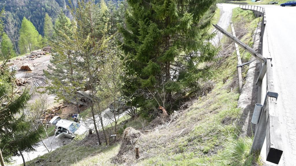 Der Wagen wurde von der Strasse gedrängt und landete ca. 20 Meter tiefer auf einer Strasse.