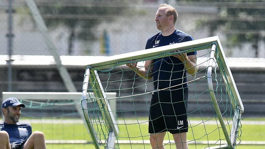 FCZ-Coach Ludovic Magnin legt in der spielfreien Zeit auf dem Trainingsplatz Hand an
