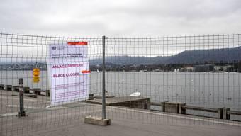 Hier am Bellevue ist die Seepromenade gesperrt. Auf der anderen Seite bei der Landi-Wiese ist der Zugang offen. Nicht nur Politiker stört das.