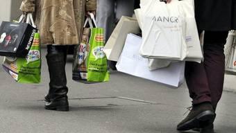 Die junge Frau leerte die Einkäufe wieder aus der Tasche aus. (Symbolbild)