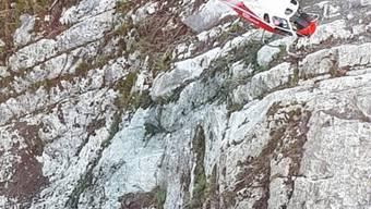 Weil das Felssturzgebiet am Axen nicht betreten werden kann, kommen Helikopter zum Einsatz.