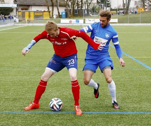 Diego Studer (FC Wiedikon, links) im Zweikampf mit Sandro Lutz (FC Oetwil-G., rechts)