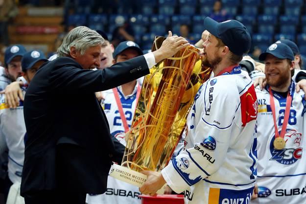 ZSC Lions Verteidiger Mathias Seger nimmt den Meisterpokal entgegen.