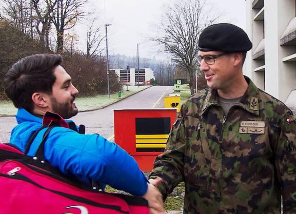 Cédric Wermuth (SP-Nationalrat) und Brigadier Stefan Christen vom Katastrophenschutz der Armee begrüssen sich.