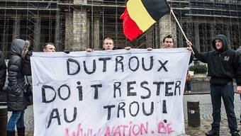 Demonstrationen in Brüssel vor dem Justizpalast im Jahre 2013: Damals hatte der Mädchen-Mörder Marc Dutroux einen Antrag auf Haftentlassung eingereicht. (Archiv)