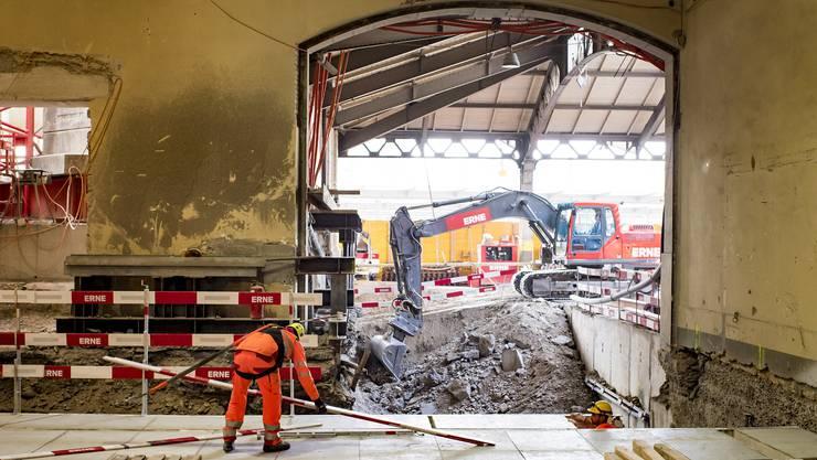 Zwei Arbeiter bauen an der neuen Zwischendecke im Westflügel, der momentan renoviert wird.