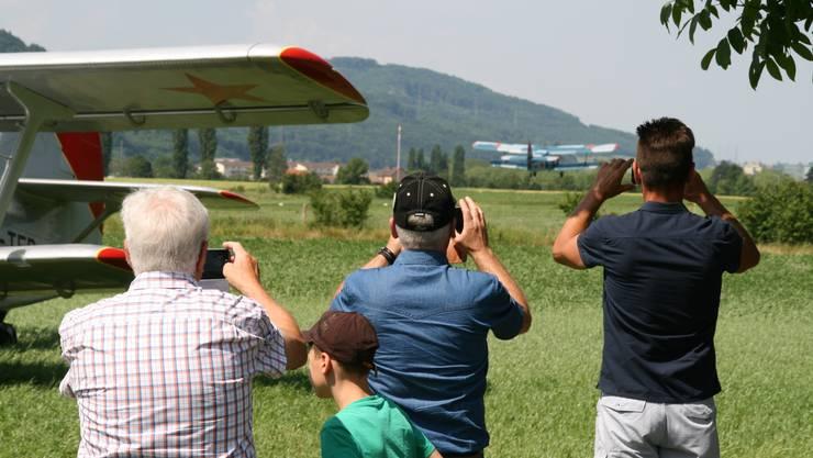 Die Zuschauer beobachten die beiden Antonov beim Start.