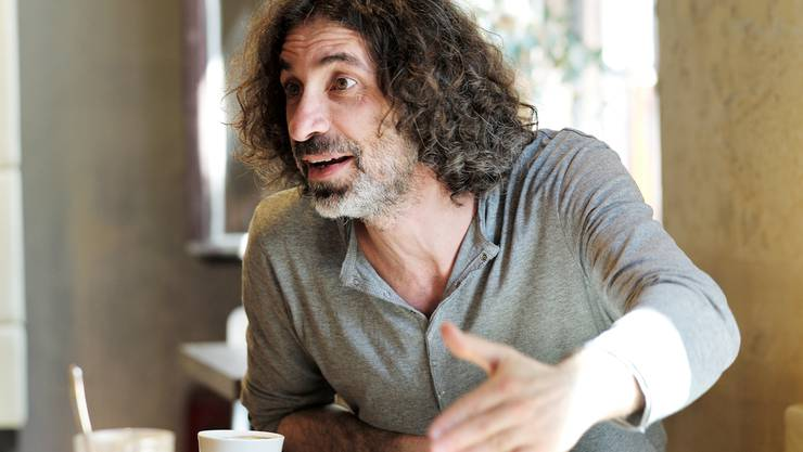 Theaterregisseur Rabih Mroué (Jg. 1967) präsentiert sein Stück «Riding on a cloud» dieser Tage in Basel.