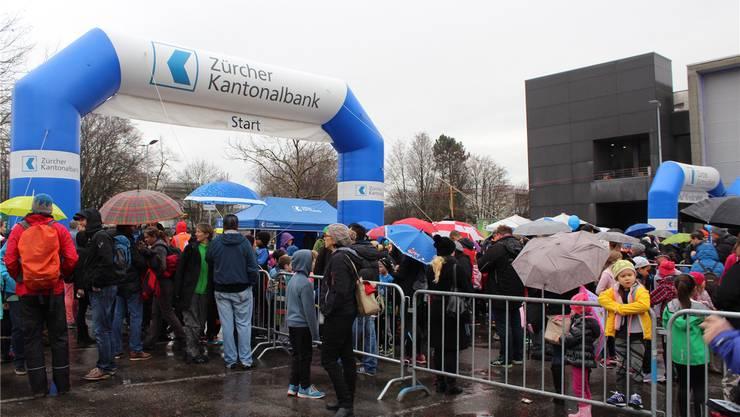 Trotz Regen kamen viele Zuschauer.