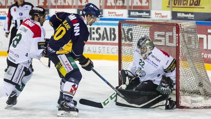 Schnell kann es gehen im Eishockey: Kaum hat das Spiel begonnen erzielt der Langenthaler Robin Leblanc das 1:0.