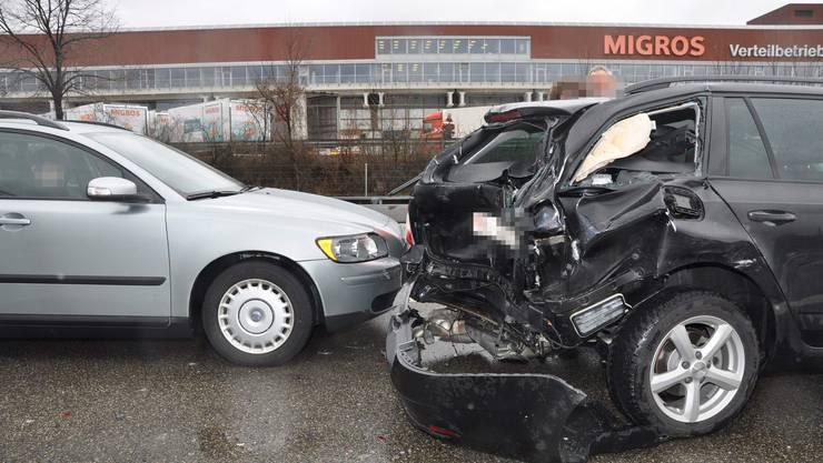 Zwei Personenwagen mussten nach der Kollision auf der A1 bei Neuendorf abgeschleppt werden.