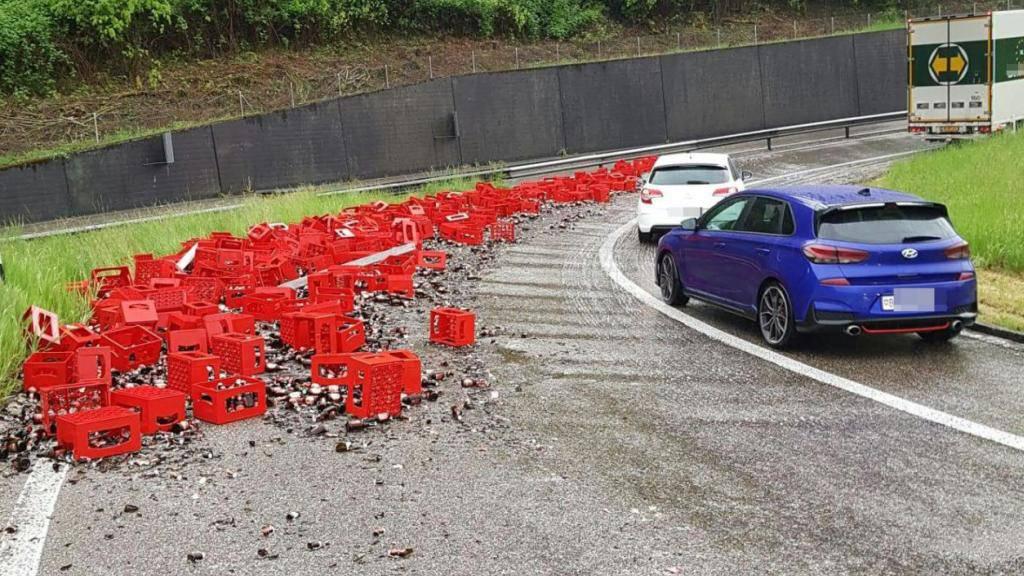 Mehr als 200 Bierflaschen gingen am Montagmorgen auf der A3-Autobahnausfahrt in Rheinfelden AG zu Bruch.