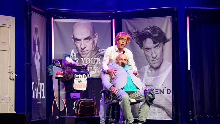 Thomas Martins frisiert als Andrew Gyn seinen Bruder Volker bei der Premiere von «Testsieger am Scheitel.».