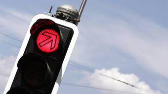An einer Kreuzung missachtete der Lastwagenfahrer das Rotlicht und stiess mit einem VW Golf zusammen. Der Fahrer dieses Wagens wurde dabei leicht verletzt. (Symbolbild)