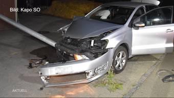 Gestern Abend verlor eine Autofahrerin die Kontrolle über ihr Fahrzeug und knallte frontal in eine Strassenbeleuchtung. Ursache soll eine heruntergefallene Zigarettenpackung sein, die sie vom Fahrzeugboden wieder aufheben wollte, wie ein Anwohner erzählt.