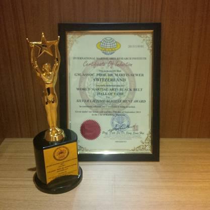 Silver Lifetime Achievement Award für Grossmeister Martin Sewers Leistungen für die Kampfkünste während seines Lebens