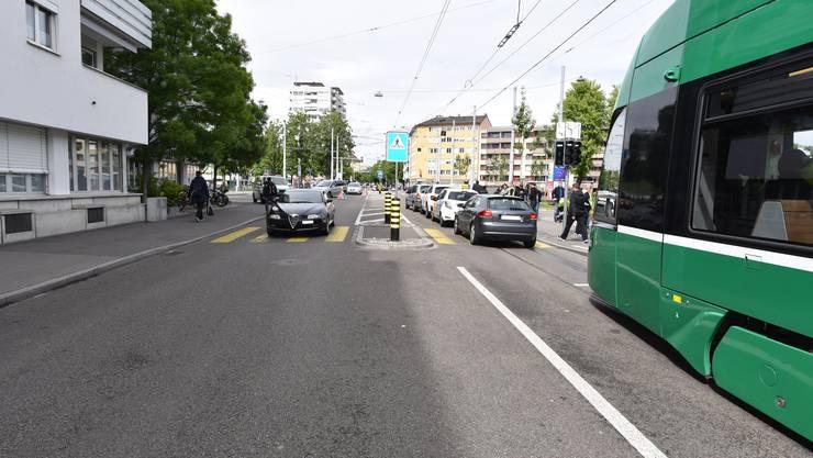 Weil ein Gaffer statt sich auf den Verkehr zu achten, einen Unfall auf der Gegenseite betrachtete, baute er selbst einen Unfall.
