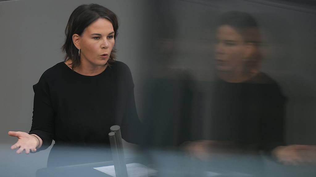 Annalena Baerbock, Bundesvorsitzende der Grünen, spricht bei der Sondersitzung des Bundestags zur Lage in Afghanistan. Baerbock fordert einen sofortigen Afghanistan-Gipfel. Foto: Kay Nietfeld/dpa