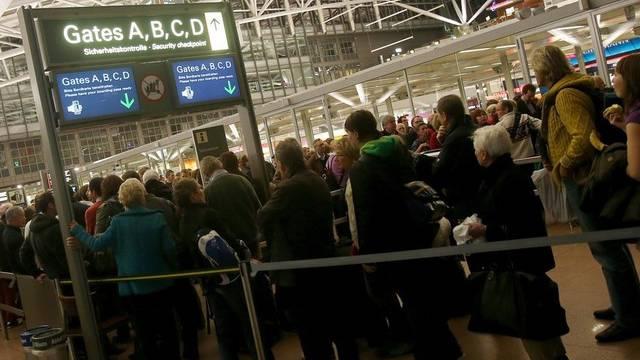 Gestrandet in Hamburg: Passagiere am Flughafen